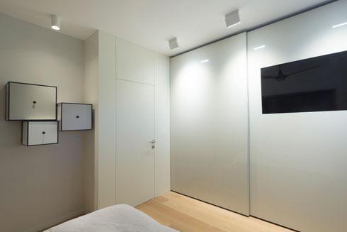 ארונות ההזזה מול מיטת ההורים. קוביות האחסון על הקיר הן חלק מאוסף פריטי העיצוב של אם המשפחה (צילום: גדעון לוין)