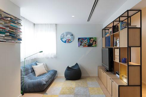 חדר המשפחה, עם עבודות של קרן שפילשר על הקיר (צילום: גדעון לוין)