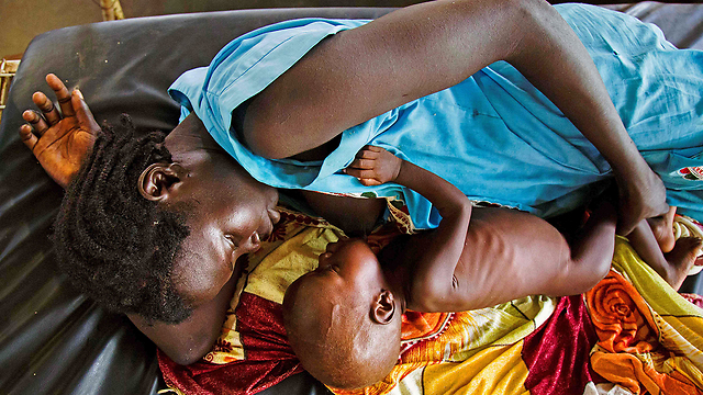 A mother breastfeeds her child (Photo: AFP)
