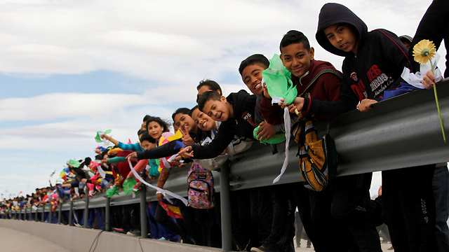 Mexican protesters on the border with the United States (Photo: Reuters)