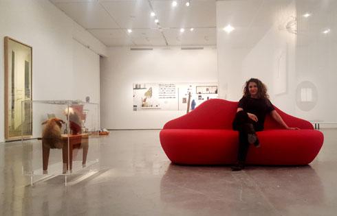 אוצרת התערוכה, עדינה קמיאן-קשדן. בעד לקחת כמה שיותר כסף מגופים פרטיים (צילום: דניאל גלפרין)