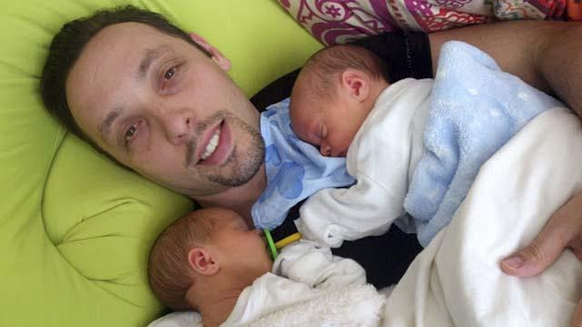 Счастливый папа с малышами