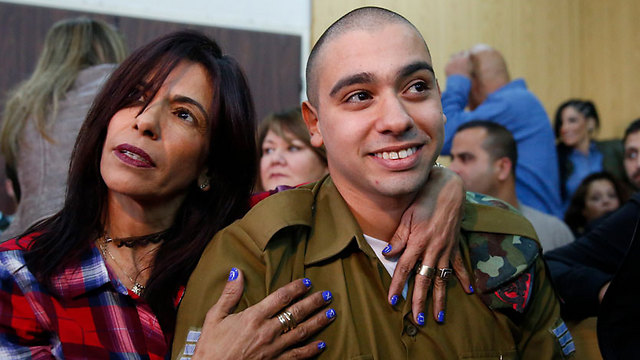 Elor Azaria with his mother at his sentencing (Photo: Tomer Appelbaum)