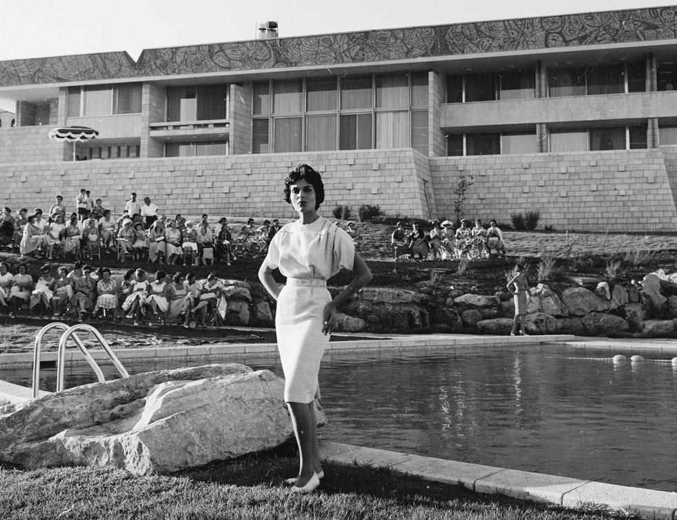 """""""בית אופנה ציוני אמיתי עם אג'נדה של יצירה מקומית"""" . תצוגת אופנה של משכית, 1959 (צילום: דוד רובינגר)"""