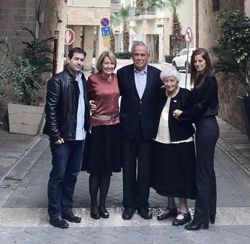 מאחורי משכית המחודש, מימין: שרון טל, רות דיין, סטף ורטהיימר ובת זוגו לין הולסטיין, ניר טל