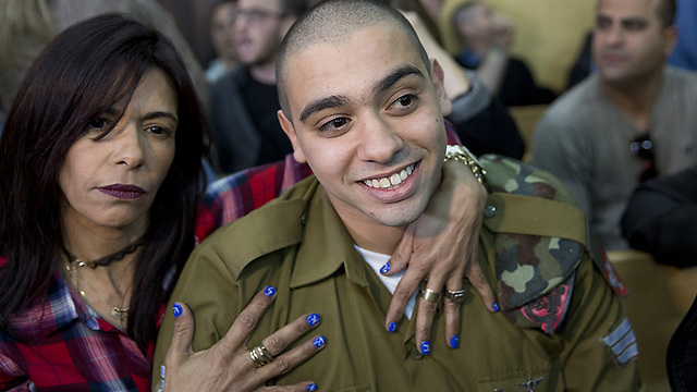 Elor Azaria with his mother in court. It's enough to take a look at the Facebook posts the family members wrote even before the Hebron incident (Photo: Moti Milrod, Haaretz)
