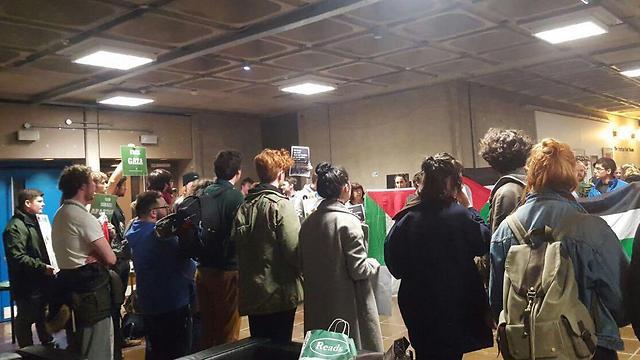מפגינים פרו פלסטינים באוניברסיטת טריניטי