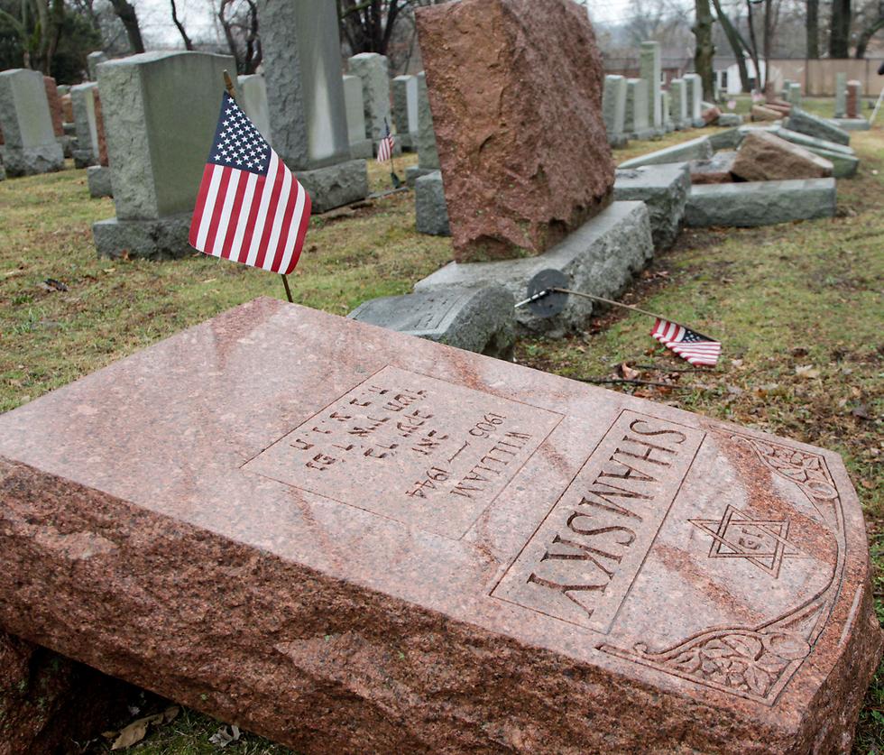 """חילול קברים בארה""""ב (צילום: רויטרס)"""