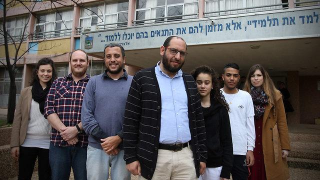 """ד""""ר הרשקוביץ (במרכז) עם התלמידים (צילום: אבי מועלם)"""