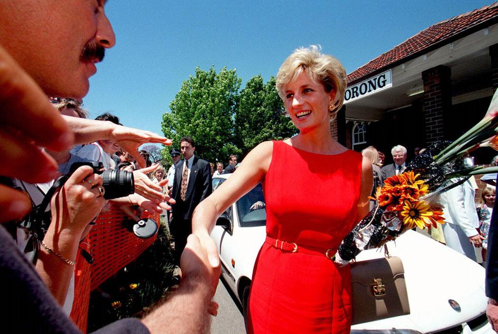 נובמבר 1996: דיאנה שוב בביקור באוסטרליה, הפעם לבד, ושוב בשמלה של קתרין ווקר (צילום: rex/asap creative)