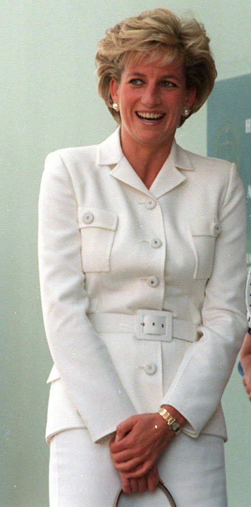 נובמבר 1996: חליפת חצאית לבנה בעיצובה של קתרין ווקר  (צילום: Gettyimages)
