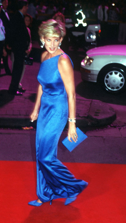 נובמבר 1996: שמלת מקסי א-סימטרית מסאטן כחול בעיצובו של ג'יאני ורסאצ'ה, שלבשה לביקור בסידני, אוסטרליה (צילום: Gettyimages)