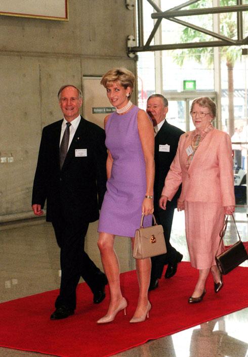 נובמבר 1996: שמלה בצבע לבנדר ללא שרוולים של קתרין ווקר  (צילום: Gettyimages)