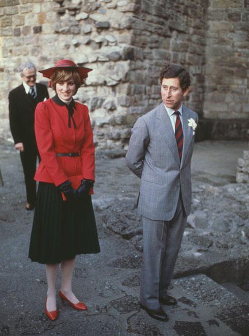 אוקטובר 1981: מערכת לבוש הכוללת ז'קט אדום וחצאית שחורה בעיצובו של ביל פסלי  (צילום: Gettyimages)