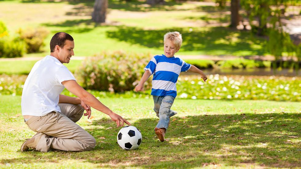 אב ובן. ההורים דוחפים את הטאלנטים מגיל צעיר (צילום: shutterstock) (צילום: shutterstock)