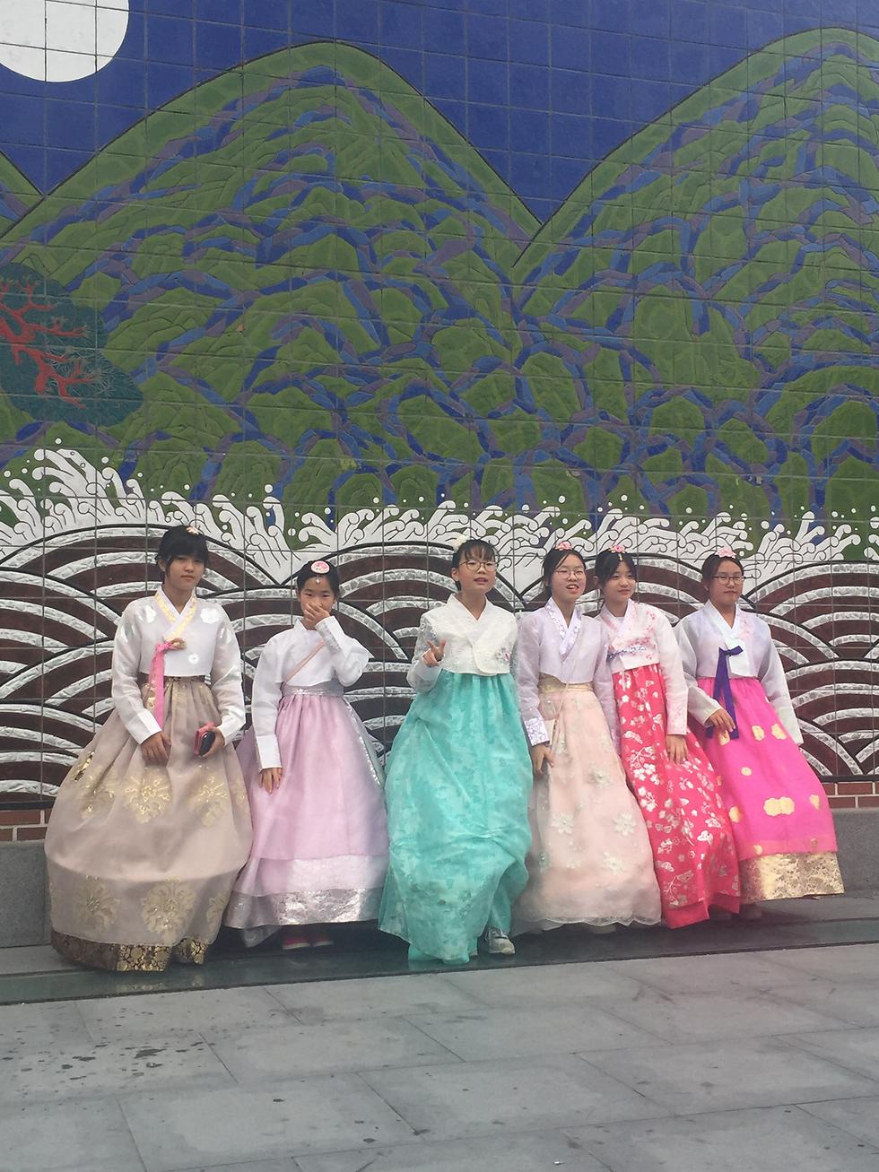 נערות בית ספר לובשות לבוש מסורתי בבואן לבקר באתרי מורשת