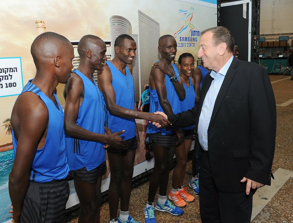 ראש העיר ומשתתפי המרוץ  (צילום: כפיר סיוון) (צילום: כפיר סיוון)