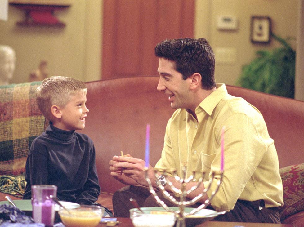 """ב""""חברים"""", בתפקיד בן גלר, עם דייוויד שווימר. """"לא דיברתי עם אנשים בגילי עד שהגעתי לקולג'. כל מה שעניין אותי עד אז היה עבודה"""" (צילום: Gettyimages)"""
