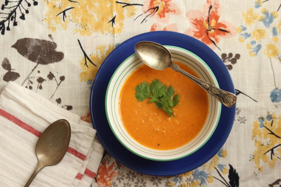 מרק עגבניות צלויות בקארי עם חלב קוקוס (צילום: מיכל שמיר)