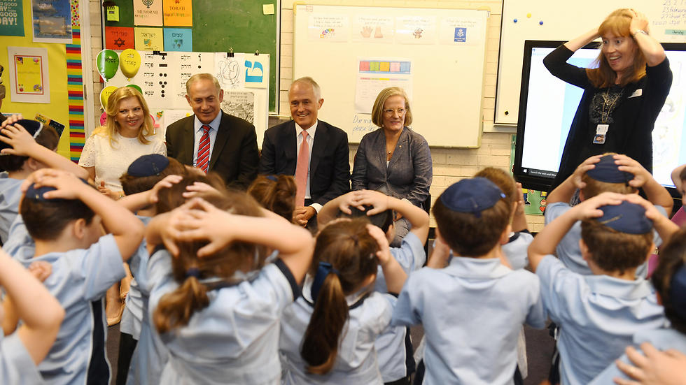 Netanyahu, Turnbull and their wives visit the Moriah College in Sydney (Photo: EPA)