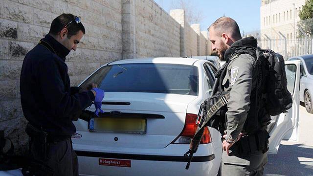 שוטרים ליד הרכב ששימש את שני הגנבים