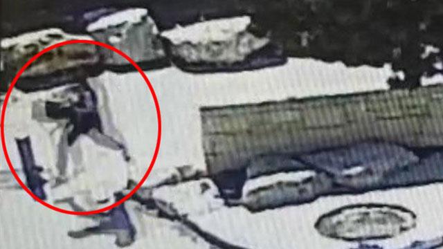 תיעוד של אחד ממעשי השוד, הגנב עם התיק מצד שמאל