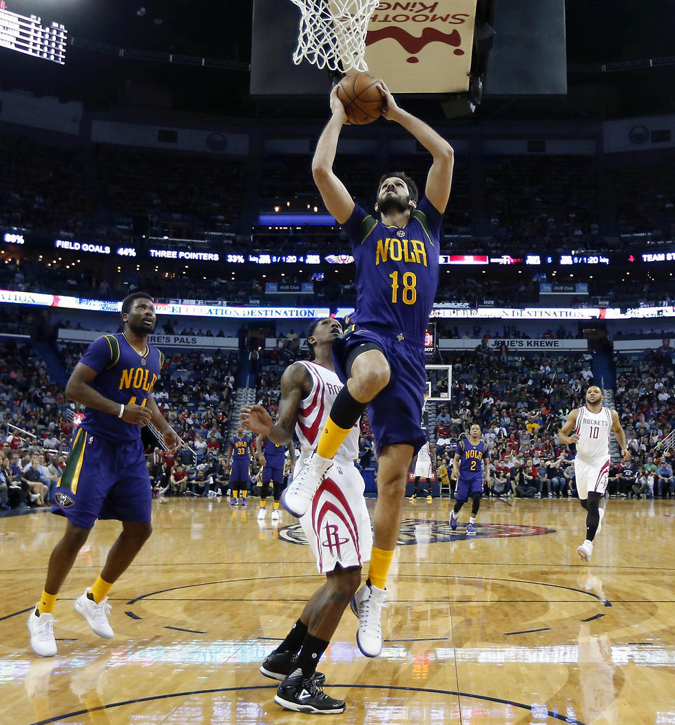 Casspi goes up for a dunk in his debut game with the New Orleans Pelicans (Photo: AP) (Photo: AP)