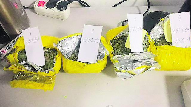 הסמים שהוטמנו במזוודה של בני הזוג (צילום: censor.net.ua)