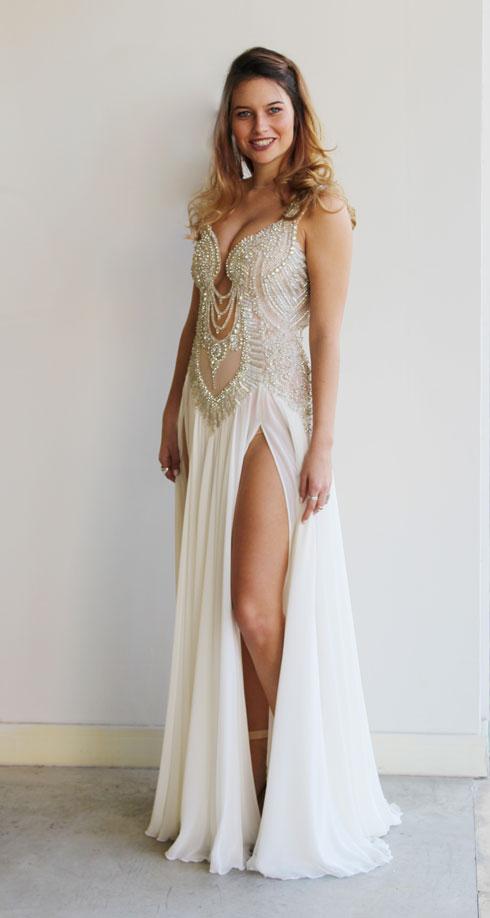 ים קספרס אנשל עם שמלה בעיצובה של לימור בן יוסף, אותה לבשה בתחרות מיס יוניברס (צילום: תום זווילי)