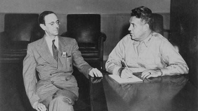 צ'דוויק (משמאל) עם הגנרל לזלי גרובס, המפקד הצבאי של פרויקט מנהטן  (צילום: מתוך ויקיפדיה)