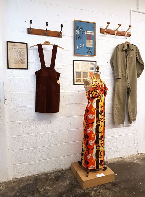 כל בגד באוסף מגיע עם סיפור (צילום: איתי יעקב)