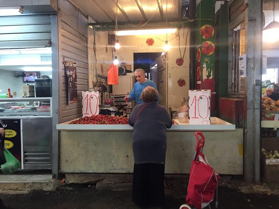 אניני טעם בשוק פתח תקווה (צילום: גיא גמזו) (צילום: גיא גמזו)