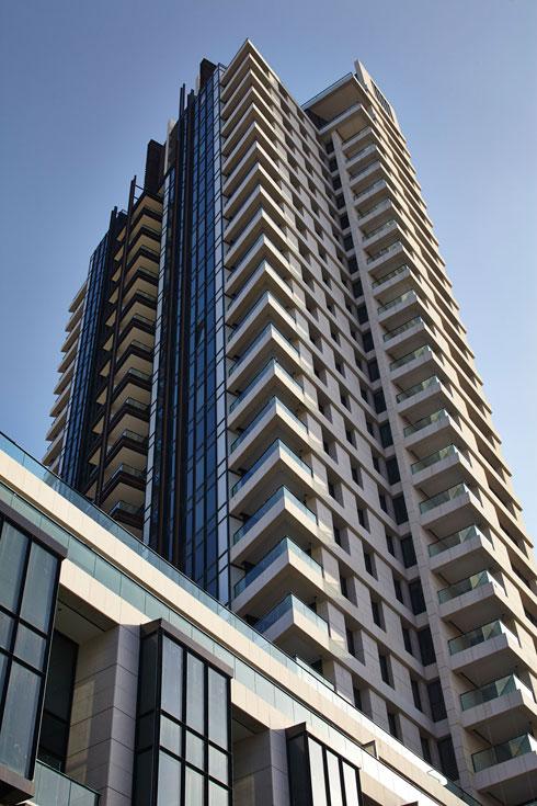 בני הזוג עברו מבית פרטי בחיפה לדירה במגדל התל אביבי. המעצבת שולבה בתכנון הפנים כבר בשלב הבנייה (צילום: עמית גרון)
