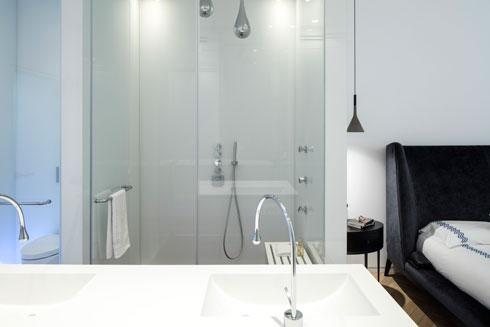 המקלחון והשירותים סגורים בזכוכית (צילום: עמית גרון)