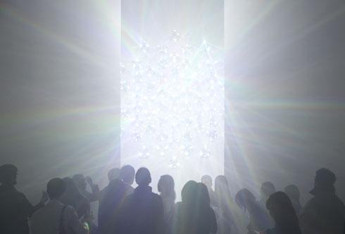 בתערוכה ''ספקטרום'' השחקן הראשי הוא האור (צילום: Tokujin Yoshioka)