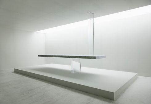 שולחן האבן נדמה כמשוחרר מכוח הכבידה (צילום: Tokujin Yoshioka)