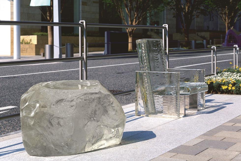 ''כיסא שנעלם בגשם'' הוא פרויקט מ-2002, שבישר על חיבתו של המעצב היפני לדיאלוג עם כוחות הטבע. ברחוב הוצבו גוש זכוכית שפוסל בצורה של סלע, וכיסא זכוכית שעליו טקסטורה של אדוות מים. לא צריך לחכות לגשם שיגיע: הדמיון משלים את התסריט (צילום: Tokujin Yoshioka)