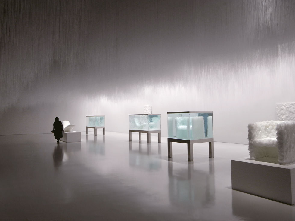 קריסטלים שימשו לו לאורך השנים כחומר גלם. בפרויקט מ-2008 מילא מכלי זכוכית בתמיסה מינרלית, שבתוכה הציב שלדי רהיטים בצורניות בסיסית. הרהיט נשלף מהמים בסופו של תהליך ההתגבשות (צילום: Tokujin Yoshioka)