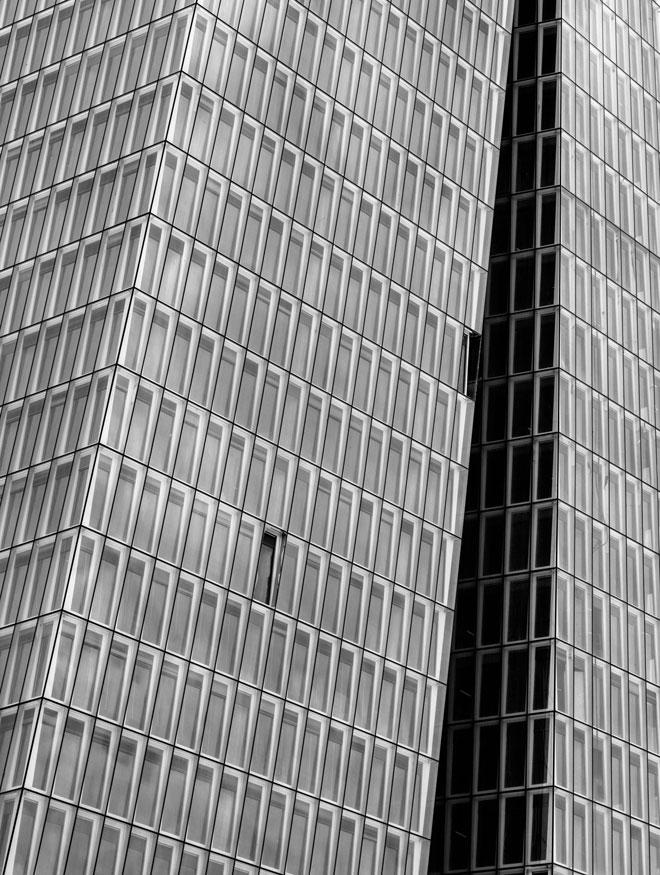 מערכת יקרה ביותר של חלונות כפולים על המגדל החדש בשרונה. לחצו להסבר המלא (צילום: אינסה ביננבאום)