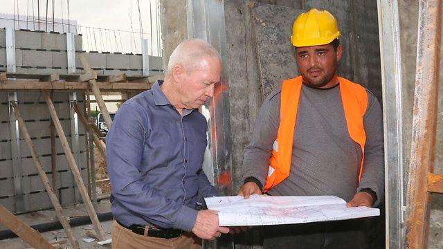 Министр строительства Йоав Галант на стройобъекте. Фото: пресс-служба минстроя