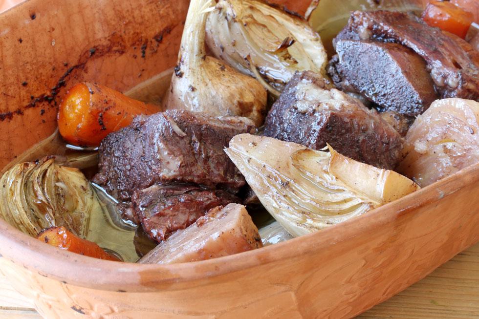 תבשיל קדרה של אסדו, שומר, ירקות שורש ויין (צילום, סגנון והכנה: אסנת לסטר)