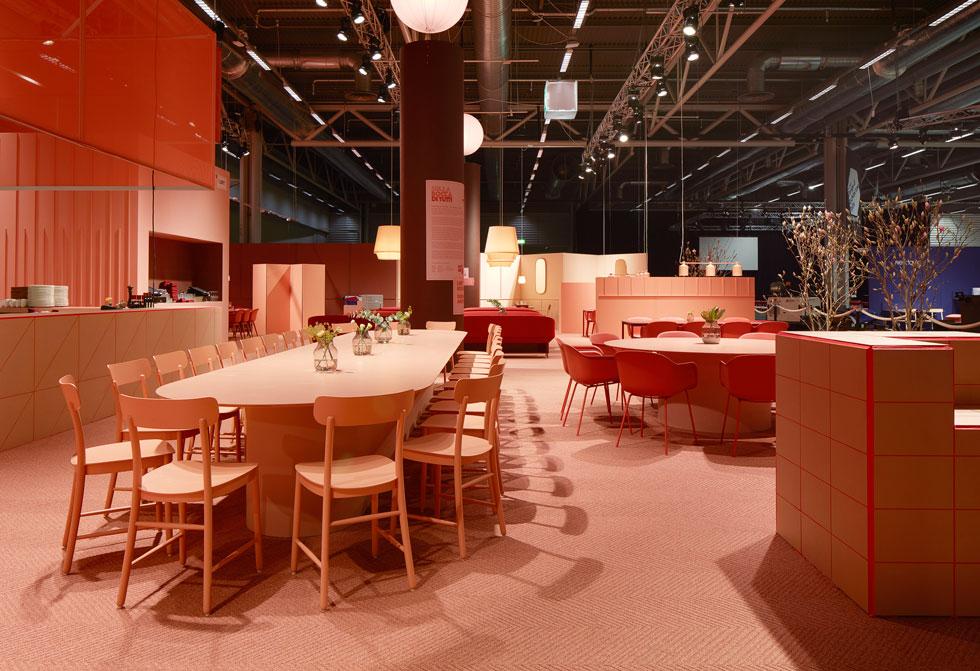 בחוץ הכל היה לבן, אבל בפנים שטפו את היריד הגוונים הוורודים והכתומים שמככבים השנה. הם באו לידי ביטוי טוטאלי ב''דיזיין בר'', מתחם המסעדה והמנוחה ביריד, שעוצב עם מגוון פינות ישיבה - משותפות ואינטימיות - בעיצוב עוטף וחמים (Stockholm Furniture & Light Fair 2017 צלם: Mathias Nero)