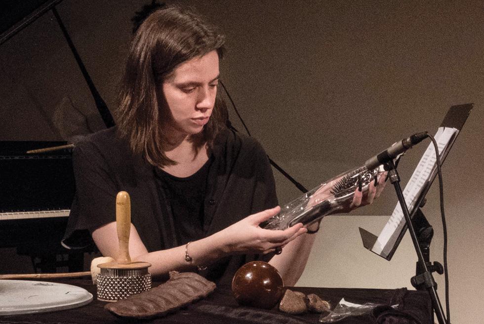 האמנית הישראלית גוני ריסקין, במהלך קונצרט  ASMR שהתקיים החודש. כחלק מהפרפורמנס היא הברישה את שערה מול מיקרופון ותופפה על חרוב ענקי בציפורניים מלאכותיות (צילום: אורי לוינסון)