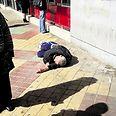 סירב להתפנות לבית חולים. האדם ששכב על המדרכה