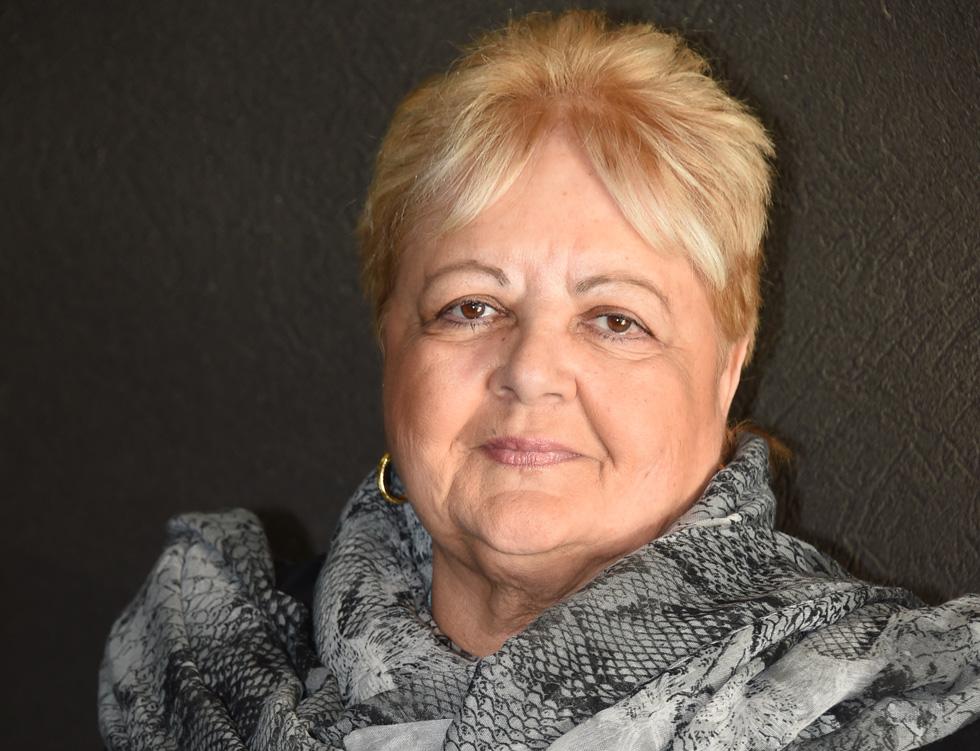 """חדוה בכר, 72, פנסיונרית, נשואה, אם לשלושה וסבתא לתשעה, גרה בתל אביב, מחברת הספר """"דובנוב, תל אביב"""", שזמין לקריאה חינם באינטרנט (צילום: יאיר שגיא)"""