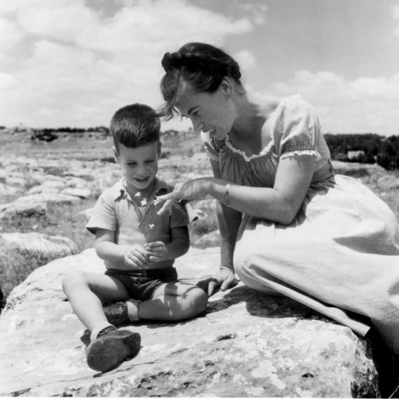 בהרי ירושלים. שלו כילד, עם אמו