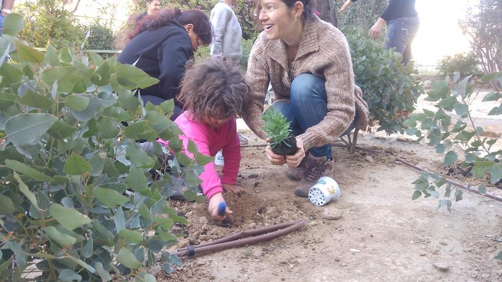 """אניה שץ (מימין) בגינה הקהילתית (באדיבות """"תור המדבר"""") (באדיבות"""