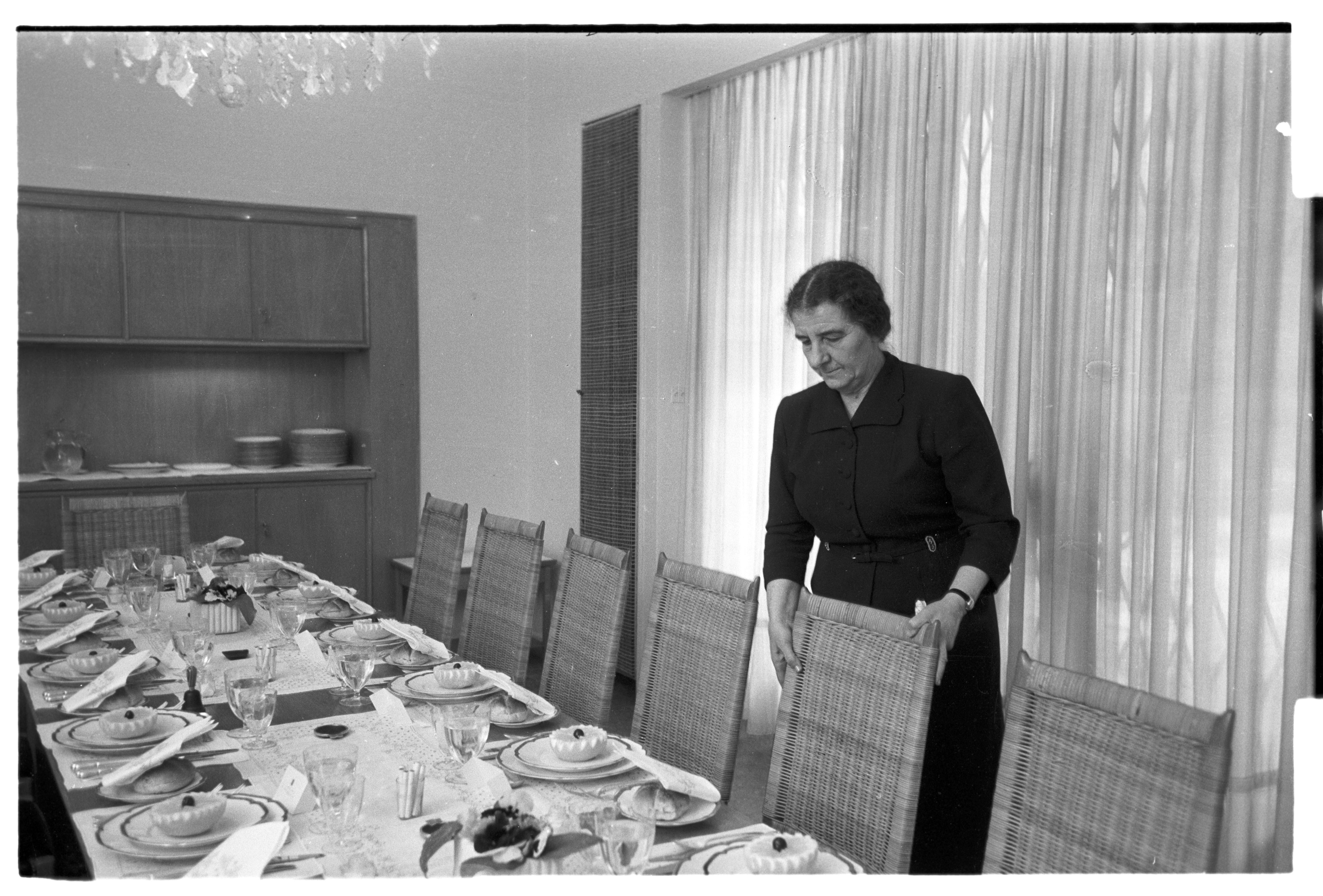 Голда накрывает стол к Песаху в своем доме в Иерусалиме, фото 1957 года