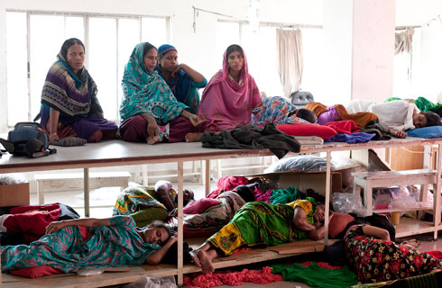 עובדות במפעל ביגוד בנגלדשי במהלך שביתת רעב במחאה על תנאי עבודה והלנת שכר. אין פיקוח  (צילום: Gettyimages)