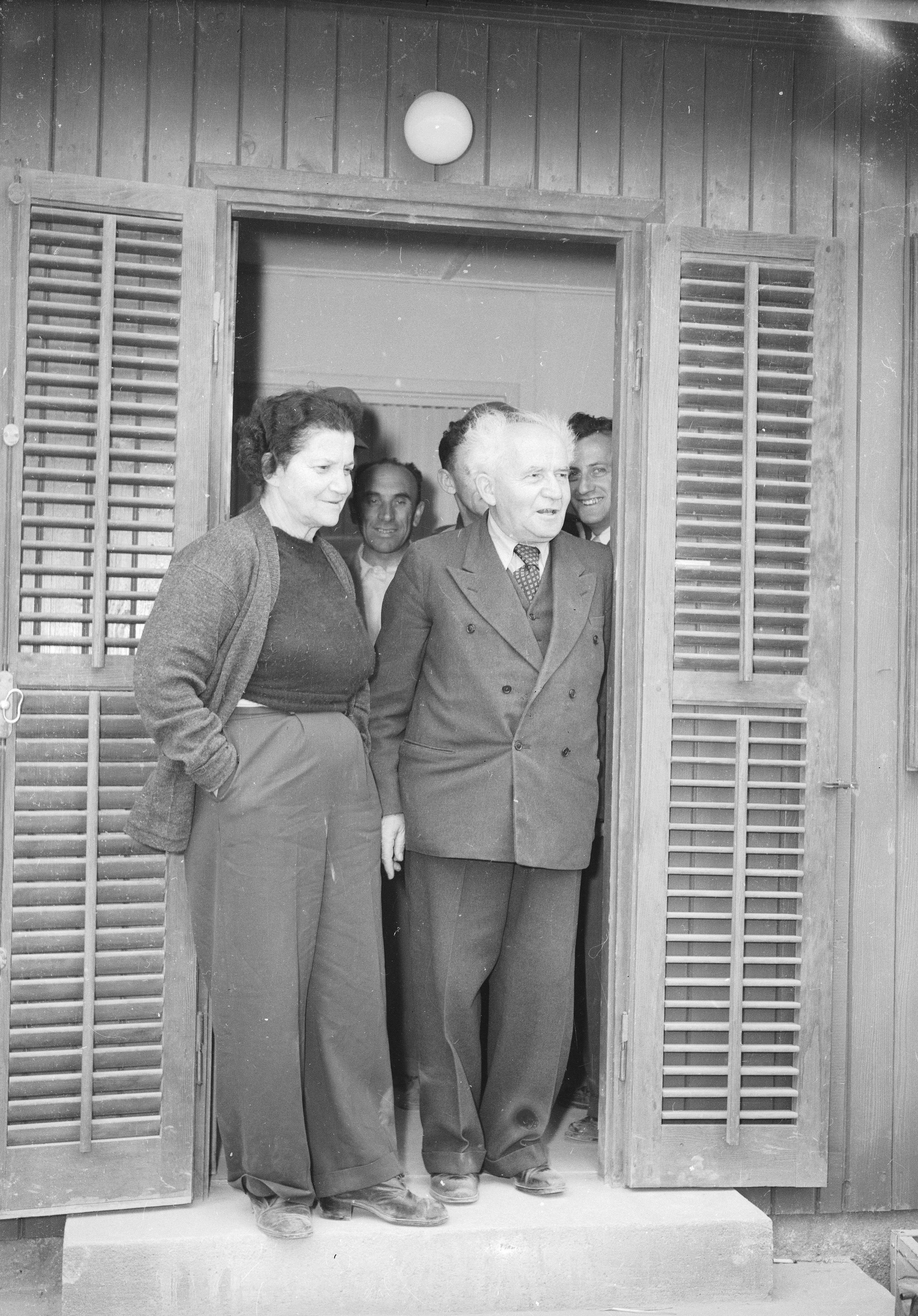 דוד בן גוריון ואשתו פולה עומדים בפתח הצריף שלהם בקיבוץ שדה בוקר